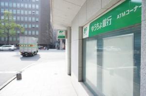本町駅1番出口をでるとゆうちょ銀行が右手に見えます:オオサカンスペースへの道順