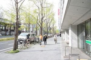 ゆうちょ銀行の角を右に曲がる(御堂筋を北上、車の流れと逆)と住友生命本町ビルが見えます:オオサカンスペースへの道順