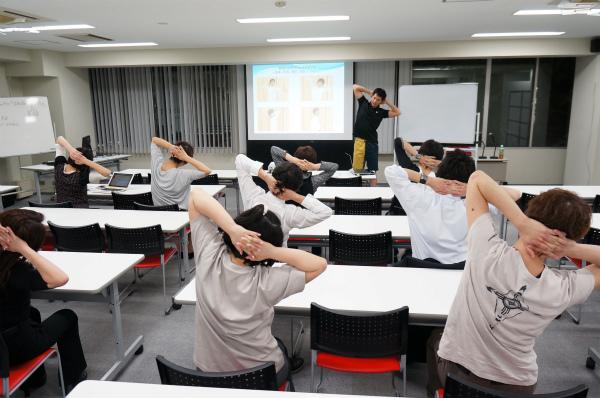 ストレッチ風景:プロが教える!眼精疲労・肩こり改善イベント 〜加圧トレーニング体験付き〜