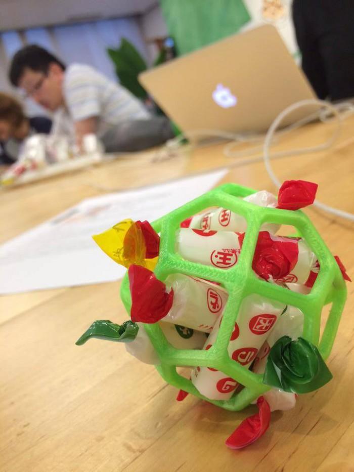 3Dプリンターで印刷したなにかをラムネスタンドにしたもの