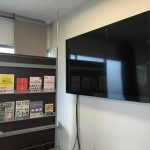 テレビ横にはパーティション:オオサカンスペース